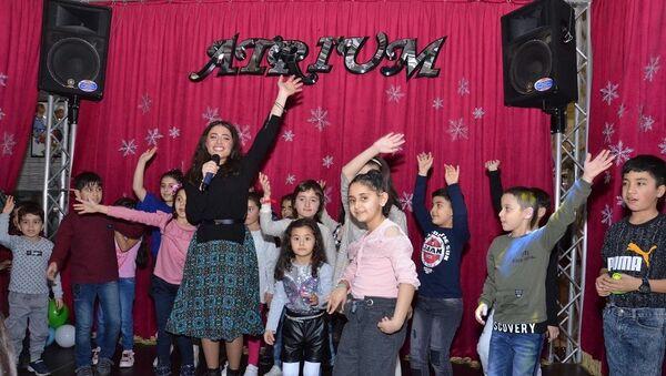 Азербайджанская певица Самира Эфенди выступила с концертом в детском доме «Нур» - Sputnik Азербайджан