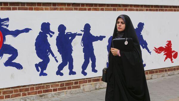 Иранка на фоне граффити у бывшего здания посольства США в Тегеране, фото из архива - Sputnik Азербайджан