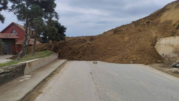 Оползень на Бадамдарском шоссе в Сабаильском районе Баку - Sputnik Азербайджан