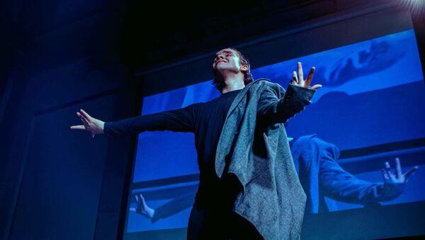 Танцор Фарид Казаков в своем хореографическом моноспектакле Энуэмент  - Sputnik Азербайджан