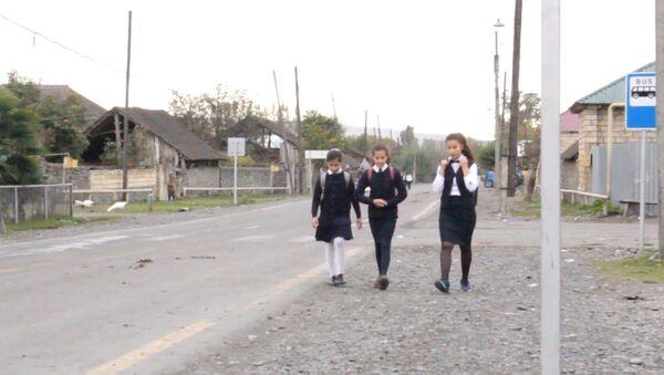 За знаниями – пешком: какой путь ежедневно преодолевает пятиклассница из Гаха - Sputnik Азербайджан