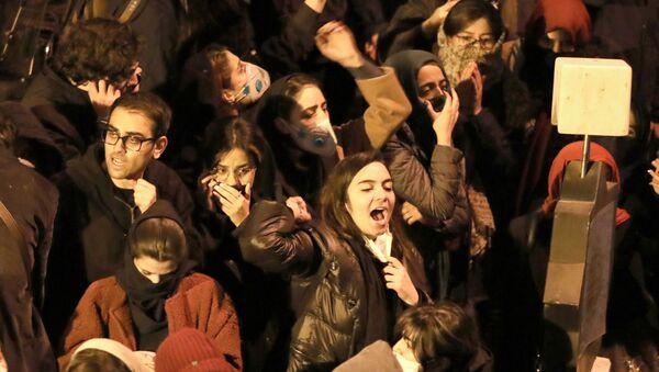 Иранские студенты во время демонстрации в Тегеране  - Sputnik Азербайджан