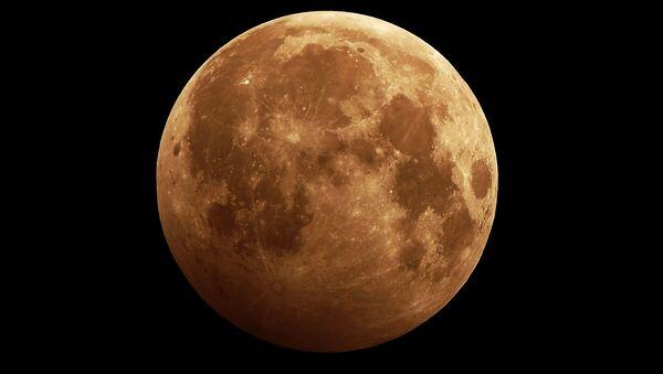 Лунное затмение в небе над сибирской тайгой неподалеку от Красноярска - Sputnik Азербайджан