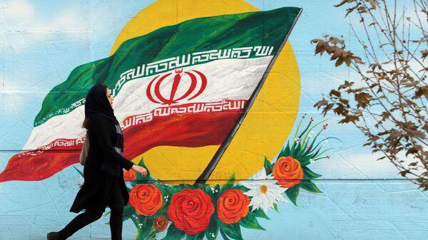 Девушка на фоне граффити в Тегеране  - Sputnik Азербайджан