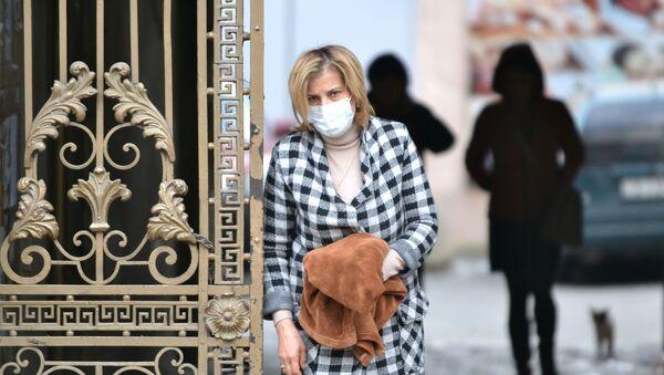 Женщина в медицинской маске в целях профилактики заболевания гриппом - Sputnik Азербайджан