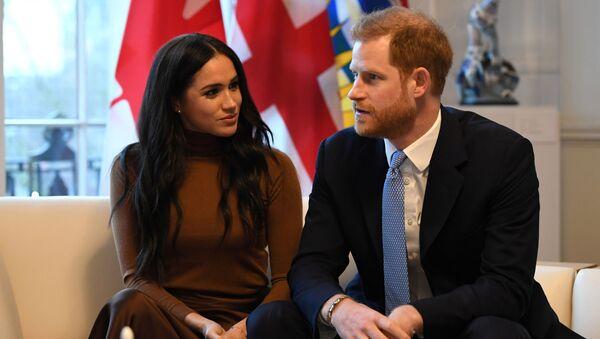 Принц Гарри с супругой Меган Маркл во время посещения Канадского дома в Лондоне - Sputnik Азербайджан