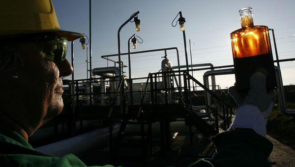 Рабочий проводит контроль на приемной станции нефтепровода, фото из архива - Sputnik Азербайджан