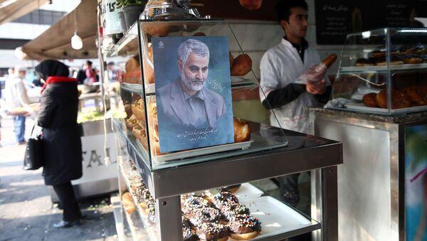 Фотография генерала Касема Сулеймани, который был убит в результате авиаудара в аэропорту Багдада, на прилавке в кондитерской в Тегеране, фото из архива - Sputnik Азербайджан