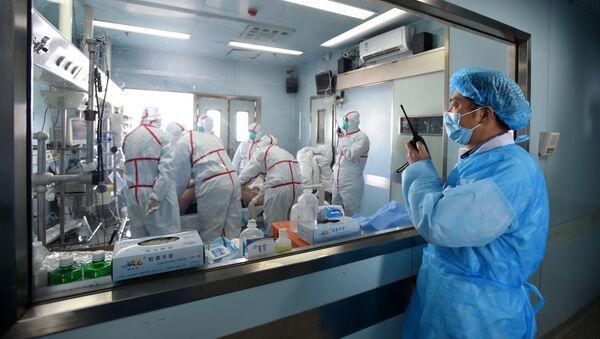 Китайские медики в инфекционном отделении - Sputnik Азербайджан