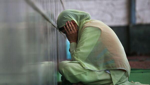 Мусульманка молится в храме во время Рамадана - Sputnik Azərbaycan