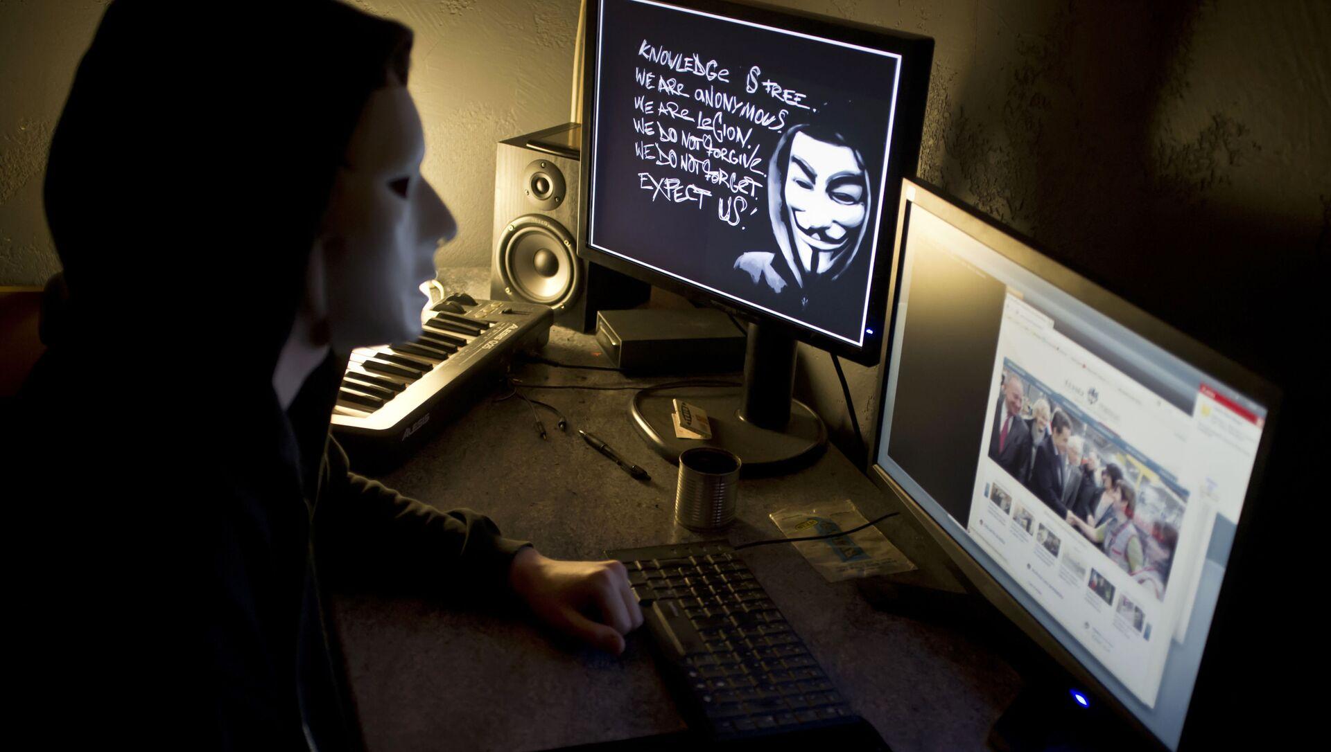 Хакер из Anonymous перед экраном компьютера - Sputnik Азербайджан, 1920, 08.08.2021