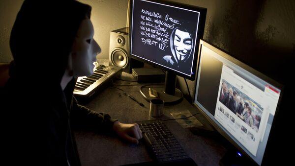 Хакер из Anonymous перед экраном компьютера - Sputnik Азербайджан