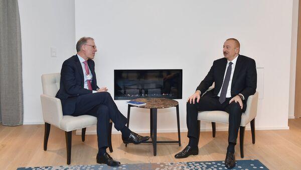 Президент Азербайджана Ильхам Алиев встретился в Давосе с генеральным исполнительным директором компании Carlsberg Group Кеесом т'Хартом - Sputnik Азербайджан