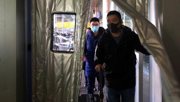 Люди в масках на вокзале Пекина  - Sputnik Азербайджан