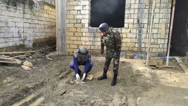 Сотрудники ANAMA осматривают строительную площадку во дворе частного дома в Баку - Sputnik Азербайджан
