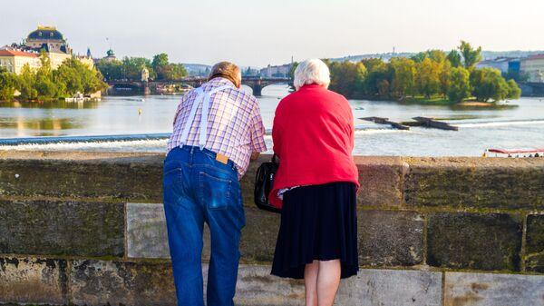 Пожилая пара на мосту в Праге - Sputnik Азербайджан