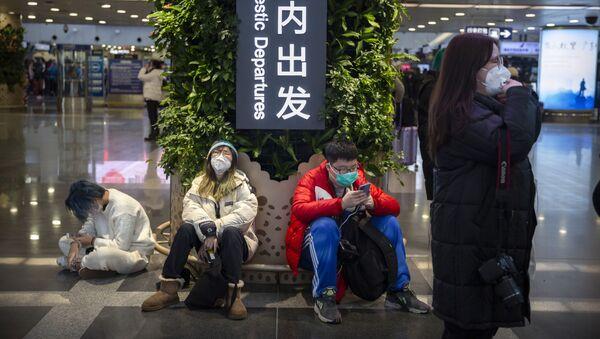 Пассажиры в медицинских масках в Гонконге, фото из архива  - Sputnik Азербайджан