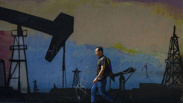 Мужчина перед граффити с нефтяной качалкой, фото из архива - Sputnik Азербайджан