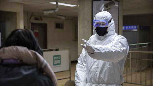 Медицинские работники в аэропорту Пекина  - Sputnik Azərbaycan
