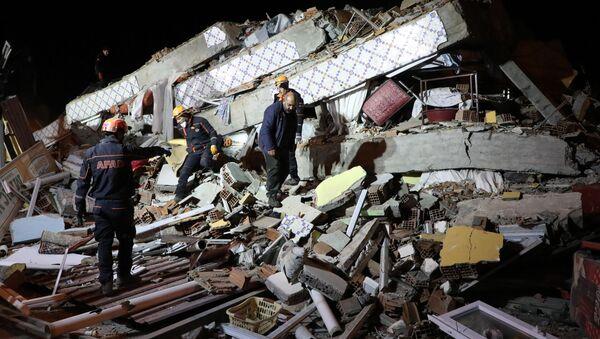 На месте обрушения здания в Элязыге, восточная Турция  - Sputnik Азербайджан