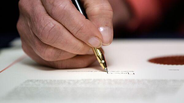 Подпись документа, фото из архива - Sputnik Azərbaycan