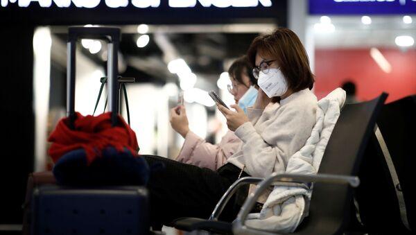 Туристы в защитных масках в аэропорту, фото из архива - Sputnik Азербайджан
