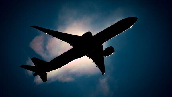 Пассажирский самолет в небе, фото из архива - Sputnik Азербайджан