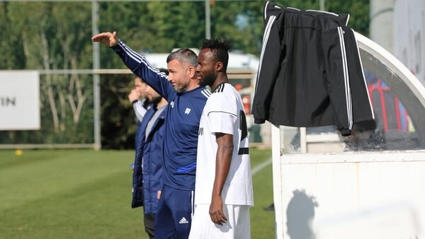 Ганский нападающий Карабаха Квабена Овусу и главный тренер клуба Гурбан Гурбанов - Sputnik Азербайджан