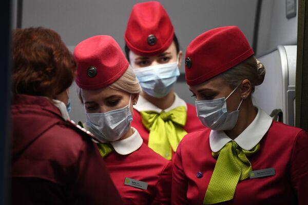 Бортпроводницы рейса авиакомпании S7, прибывшего из Пекина, в аэропорту Толмачево (Новосибирск) - Sputnik Азербайджан