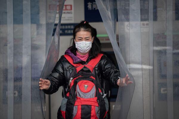 Китаянка в защитной маске - Sputnik Азербайджан