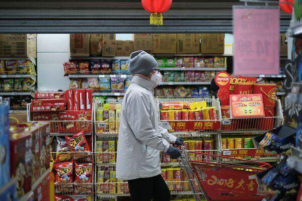 Женщина в защитной маске в китайском супермаркете - Sputnik Азербайджан