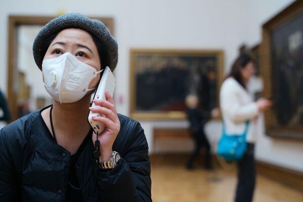 Посетительница музея в Москве в медицинской маске - Sputnik Азербайджан