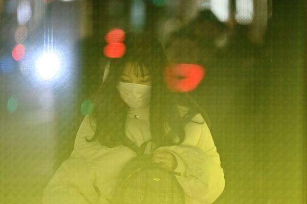 Девушка в маске в Токио  - Sputnik Азербайджан