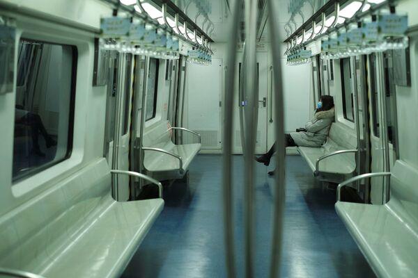 Девушка в маске в метро в Пекине  - Sputnik Азербайджан