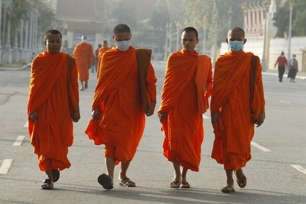 Буддийские монахи в масках в Камбоджи  - Sputnik Азербайджан