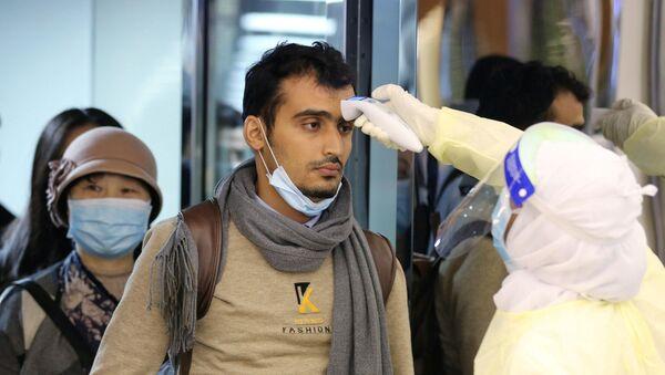 Медицинские работники проверяют пассажиров из Китая - Sputnik Azərbaycan
