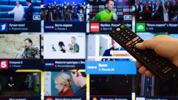 Экран телевизора с изображением телевизионных каналов в цифровом формате, фото из архива - Sputnik Азербайджан