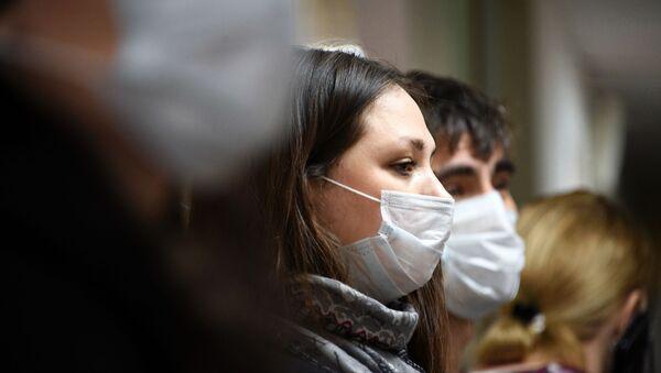 Люди в медицинских масках, фото из архива - Sputnik Азербайджан