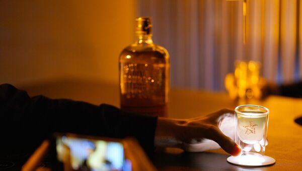 Мужчина пьет виски, фото из архива - Sputnik Азербайджан