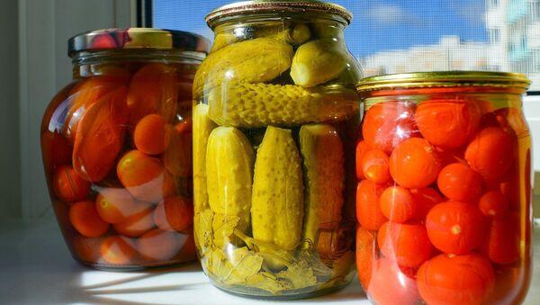 Маринованные томаты и огурцы, фото из архива - Sputnik Азербайджан