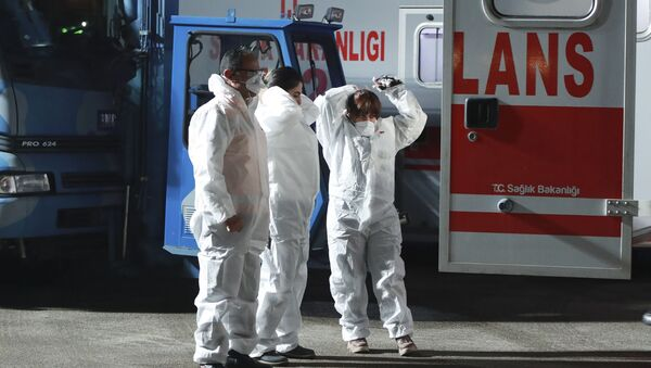 Медицинский персонал возле самолета, который прилетел из Ухани, 1 февраля 2020 - Sputnik Azərbaycan