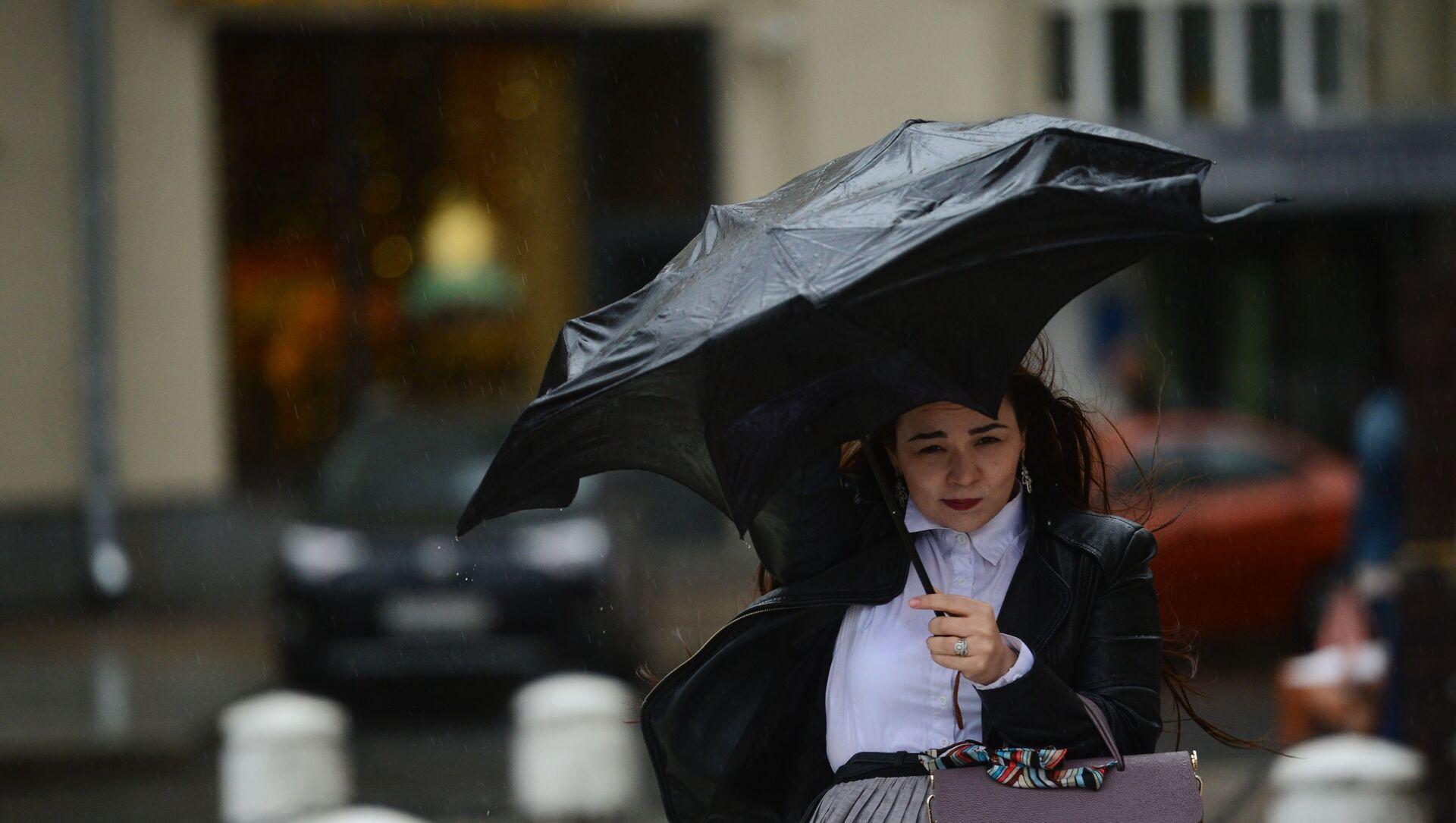 Девушка с зонтом во время ветра, фото из архива - Sputnik Азербайджан, 1920, 02.09.2021