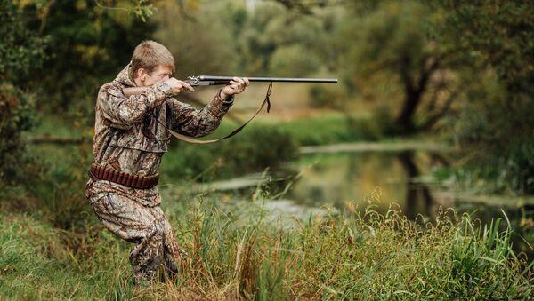 Охотник охотится на птицу - Sputnik Азербайджан