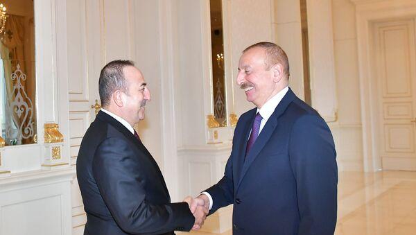 Президент Азербайджана Ильхам Алиев с министром иностранных дел Турецкой Республики Мевлютом Чавушоглу - Sputnik Азербайджан