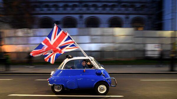 Мужчина с флагами Евросоюза в центре Лондона 31 января 2020 года, в день официального выхода Великобритании из ЕС - Sputnik Азербайджан