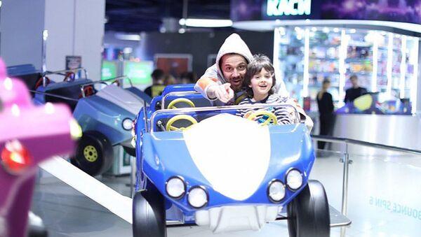 Азербайджанский фотограф, стилист и певец Аслан Ахмадов с сыном Табризом - Sputnik Азербайджан