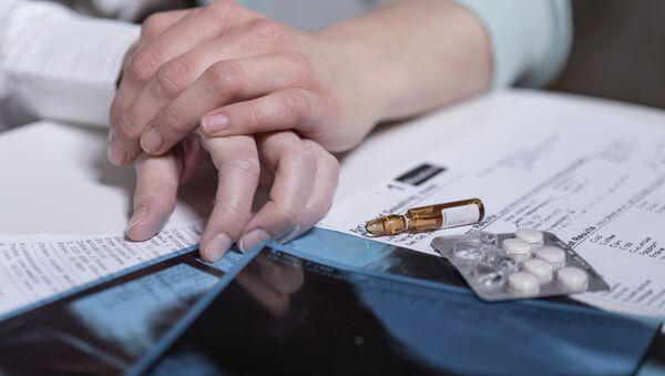 Две женские руки рядом с лекарствами - Sputnik Азербайджан