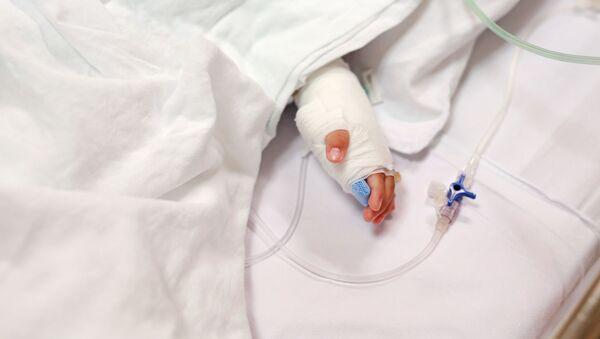 Детская рука в гипсе с капельницей - Sputnik Азербайджан