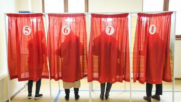 Голосование на 4 избирательном участке 29 избирательного округа Сабаильского района - Sputnik Азербайджан