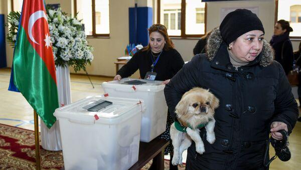 Голосование на 26 избирательном участке 17 избирательного округа Ясамальского района - Sputnik Азербайджан